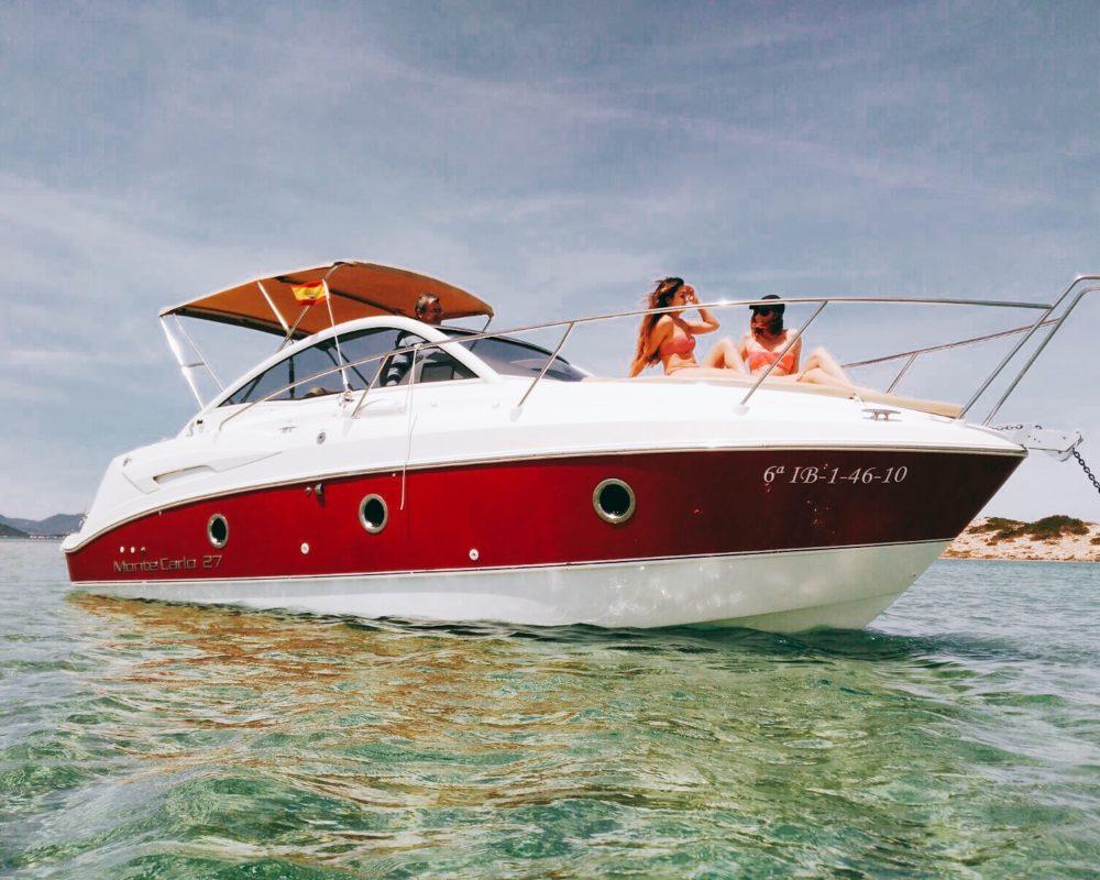 Alquiler de barcos en Ibiza disfrutar del sol en la proa del Montecarlo 27 en Sa Torreta