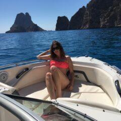 Alquilar un barco en Ibiza y bordear el islote de Es Vedra, un lugar mágico de la isla
