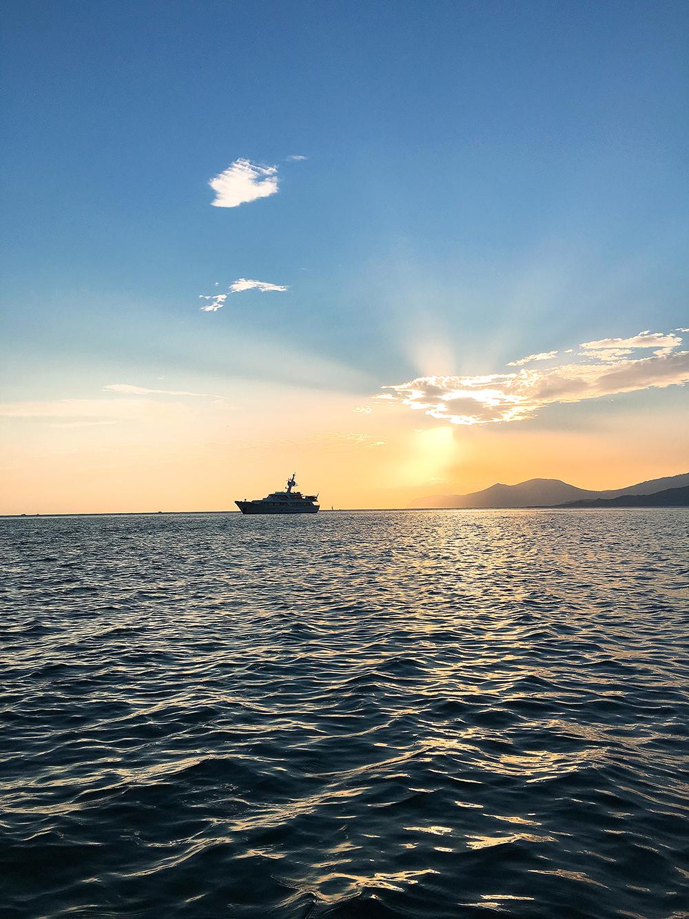 Alquilar un barco en Ibiza y disfrutar de sus puestas de sol incomparables