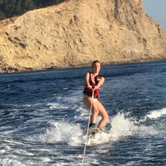 Alquilar un barco en Ibiza y hacer un poco de wakeboard, ¡diversión!