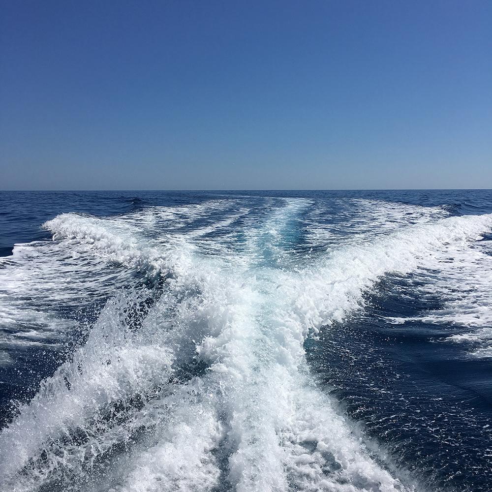 Alquilar un barco en Ibiza y relajarse viendo la estela del barco